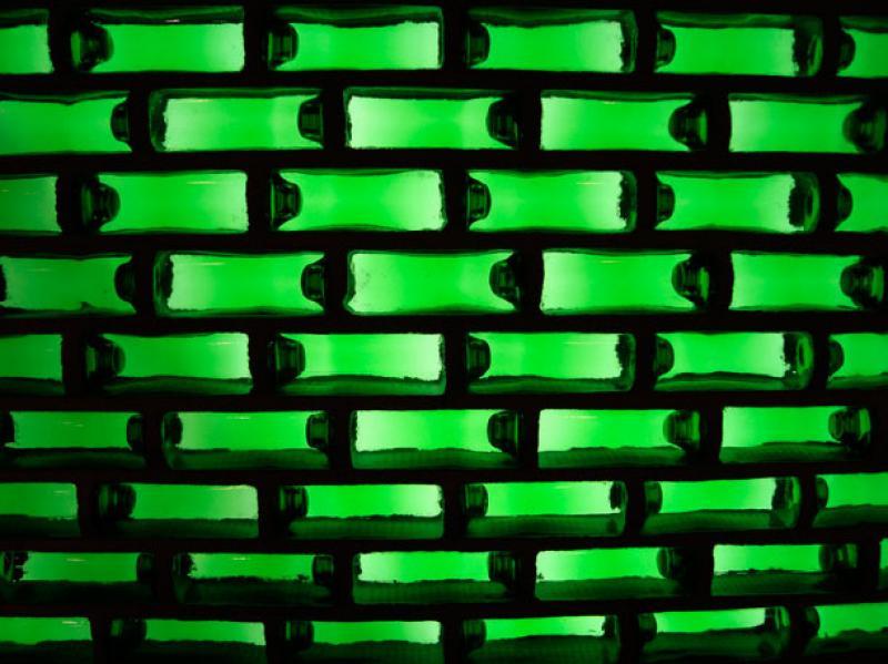 Quando le bottiglie Heineken erano quadrate e servivano per costruire case.