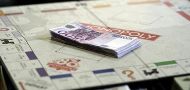 Soldi veri nelle scatole del Monopoly: