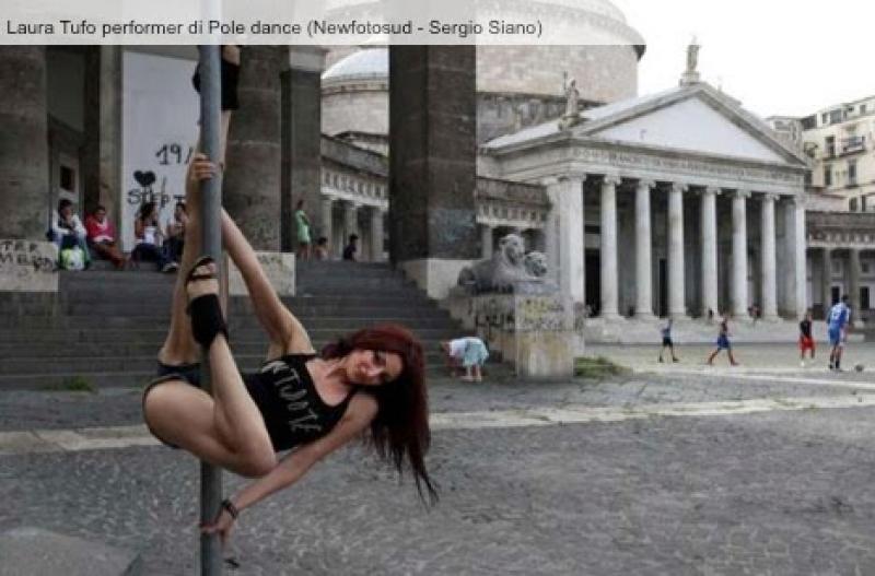 Balla avvinghiata ai segnali stradali a Napoli.