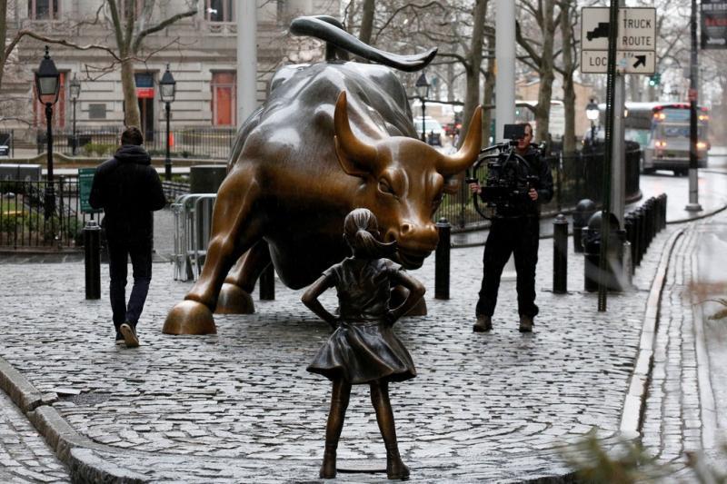 La statua di una piccola bambina &