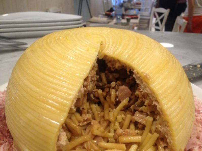 O cerino e bucatini, questo il nome del piatto che ricorda la sagoma del Vesuvio fumante, scelto per la peculiarit�